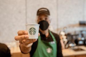 Starbucks continúa su compromiso de honrar el trabajo y el esfuerzo de los profesionales de la salud y la seguridad pública frente a la pandemia de coronavirus.