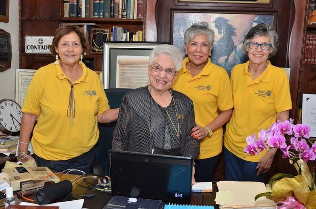 Miriam Ortega, Olga de los Santos y Marta Olivares junto a María Cristina Camilo.