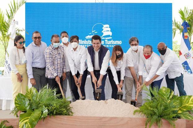 Ministro de Turismo deja iniciado trabajos reconstrucción de vía de acceso y parqueos en Playa Macao con una inversión de 53 millones de pesos.