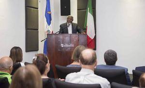 El gerente de Cultura de Banreservas, Juan Freddy Armando, exhorta a visitar la muestra cultural dominico-italiana, donde se exhiben importantes piezas de arte.