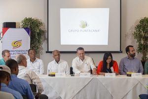 Miembros de la Superintendencia de Electricidad (SIE) y el Instituto de Formación Técnico Profesional (Infotep) junto al Grupo Puntacana, los cuales hicieron entrega de 43 licencias a los técnicos electricistas.