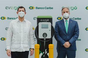 Roberto Herrera, gerente en el país de InterEnergy Systems y Dennis Simó, presidente ejecutivo de Banco Caribe.