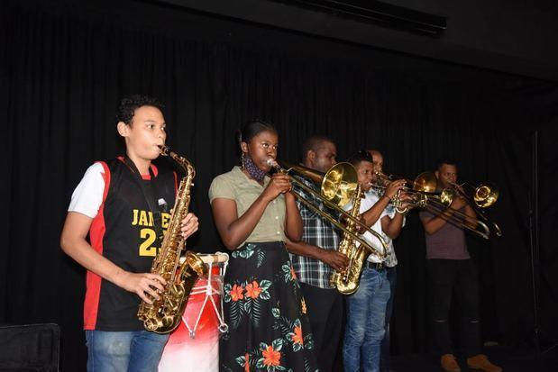 Ministerio de Educación inicia entrega de instrumentos musicales a estudiantes de la Modalidad en Artes