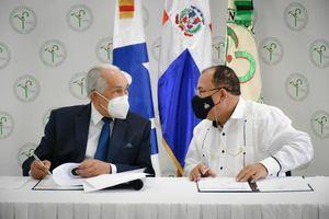 José García Ramírez y César Julio Cedeño Ávila durante la firma del acuerdo.