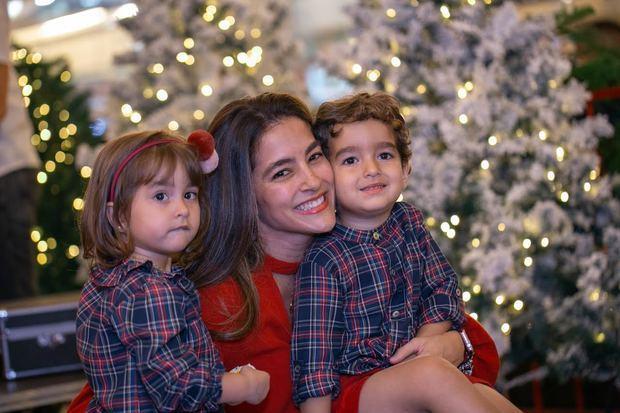 Yelis Selman y sus hijos Javier y Alexia González.