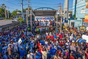 """La entrega fue realizada durante un concurrido evento donde los comunitarios recibieron al alcalde Collado con un mensaje de """"Gracias David""""."""
