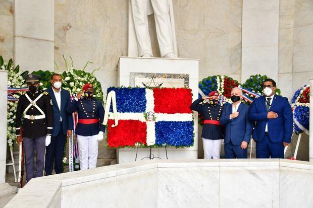 El Senado de la República deposita ofrenda floral en el Altar de la Patria con motivo del 208 aniversario del natalicio de Duarte.