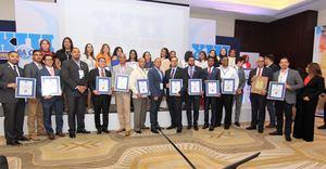 Los representantes de las empresas que recibieron certificaciones internacionales de la norma de seguridad internacional BASC.