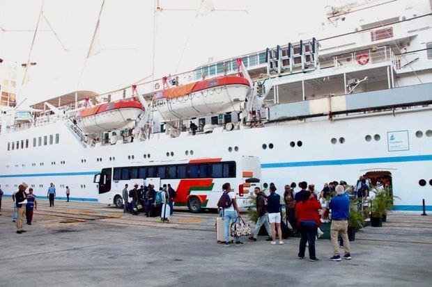 Pasajeros de cruceros abordaron autobuses y fueron llevados a los aeropuertos