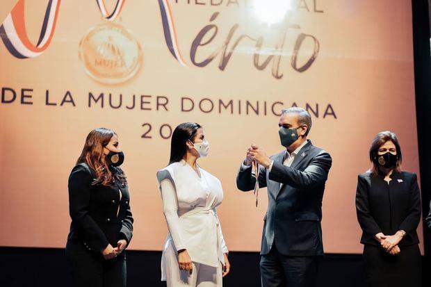 Chef Tita Medalla al mérito a la mujer dominicana