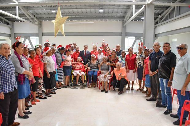 A ritmo de villancicos, bailes, y alegrías, los adultos mayores celebran la Navidad