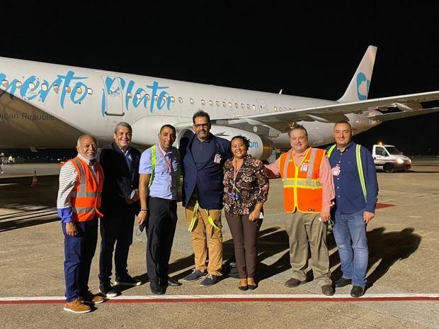 Ejecutivos de Sky Cana reciben al personal líder de la tripulación de su Airbus 321 de Sky Cana, al llegar a Punta Cana desde Medellín.