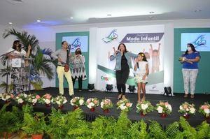 La artista Francis Marizan junto a su hija Isabela canta al ritmo del Saxofón de Batuta by Pablo Polanco.