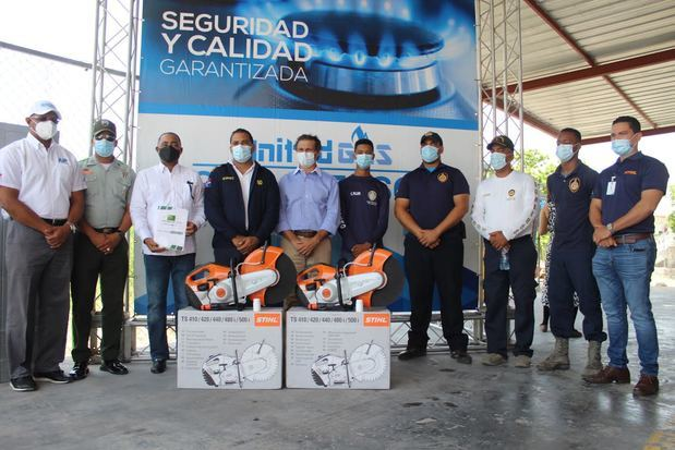 United Gas dona equipos de salvamentos al Cuerpo de Bomberos de la Zona turística Este