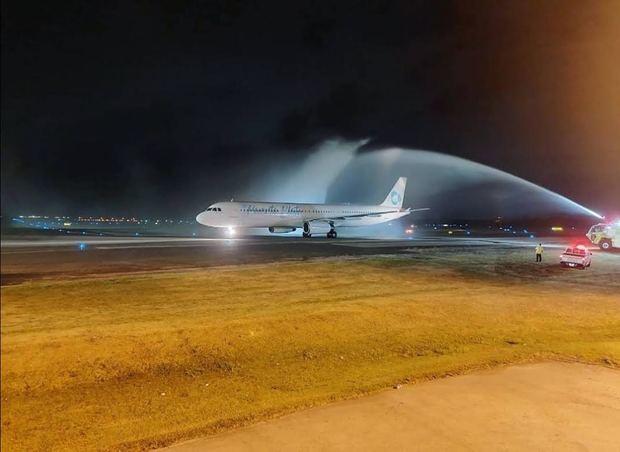 El tradicional arco de agua inaugural con que se recibe a un avión que inaugura una ruta, cae sobre el Airbus 321 de Sky Cana, al llegar a Punta Cana desde Medellín.