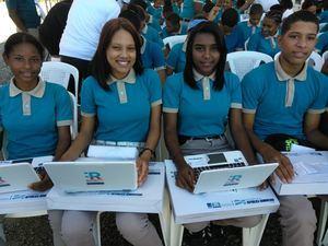 """Trece mil estudiantes de 43 centros educativos de Jornada Escolar Extendida de la región Sur del país, recibieron igual número de netbooks, dentro del programa """"Uno a Uno""""."""