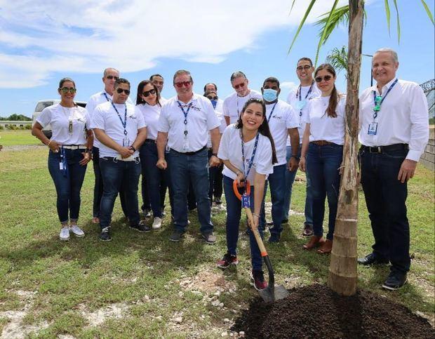 El subdirector general del IDAC, Héctor Porcella, en representación del director general, Román E. Caamaño, durante la jornada de siembra de árboles de Palma Real.