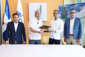 El director general del Instituto Dominicano de Aviación Civil, IDAC. Román E. Caamaño y Wellington Reyes, director Comercial e Innovación de InterEnergy System Dominicana, durante la firma del acuerdo interinstitucional.