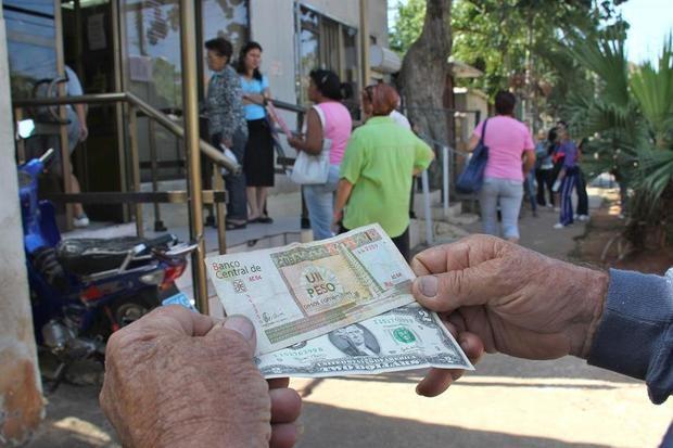 Cuba elimina el gravamen del 10 % al dólar en medio de la grave crisis económica