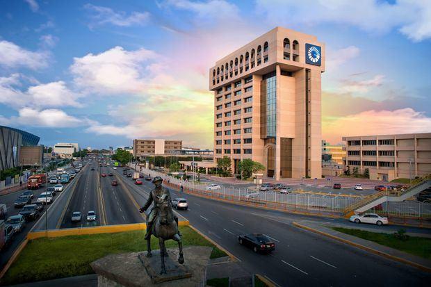 001-Torre Popular, sede del Banco Popular Dominicano.