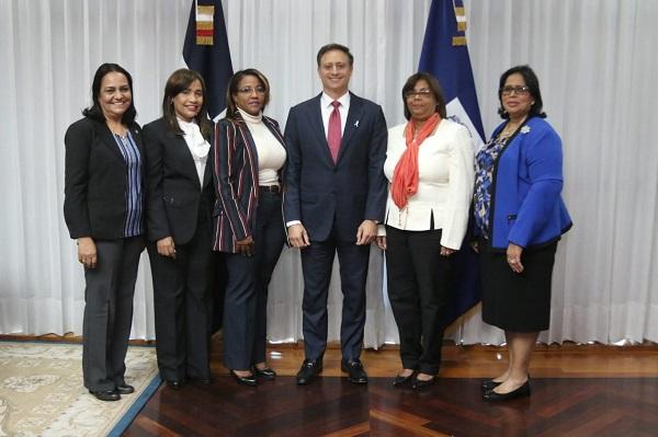 Jean Rodríguez recibe Comisión de Género en Cámara de Diputados