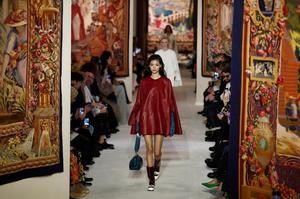 Una modelo luce una creación de la colección otoño-invierno de la firma Lanvin, durante la pasarela París Fashion Week, este martes 26 de febrero de 2020. Las presentaciones de las colecciones femeninas Otoño-Invierno 2020/21 se realizarán del 24 de febrero al 03 de marzo.