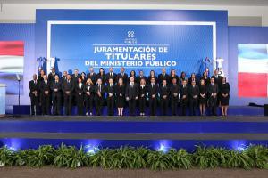 El procurador Jean Rodríguez (centro) junto a los nuevos titulares de diferentes dependencias del Ministerio Público.