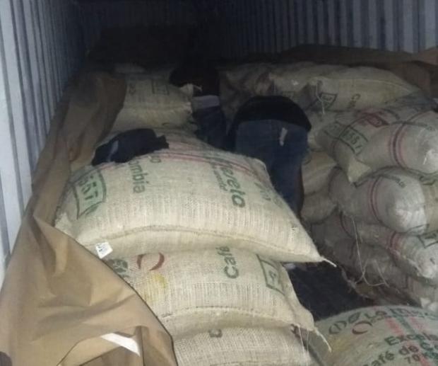 Confiscan 978 kilogramos de una sustancia que se presume es cocaína
