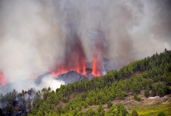 Una erupción volcánica ha comenzado esta tarde de domingo en los alrededores de Las Manchas, en El Paso (La Palma), después de que el complejo de la Cumbre Vieja .