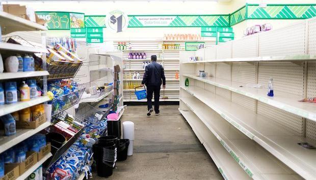 Una persona busca suministros de limpieza en una tienda Dollar en Brooklyn, Nueva York, EE. UU., 17 de marzo de 2020.