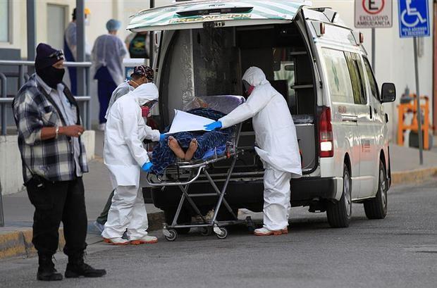 Trabajadores de la salud ingresan hoy a un paciente con covid-19 al Hospital General de la fronteriza Ciudad Juárez, en el estado de Chihuahua, México.
