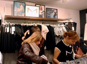 Clientes miran la nueva colección 'M', en cuyo diseño ha participado la cantante norteamericana de Pop, Madonna, en la tienda de la marca sueca de ropa H&M de Oxford Street en Londres.