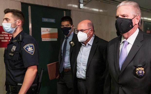 Allen Weisselberg (c), director financiero de la Organización Trump, llega a la audiencia en un juzgado de Manhattan, este 1 de julio de 2021 en Nueva York.