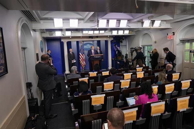 El presidente de los Estados Unidos, Donald J. Trump (C), participa en una rueda de prensa con los miembros del Grupo de trabajo sobre coronavirus en la Casa Blanca, en Washington, DC, EE. UU.