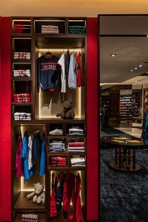 La sastrería hecha de las telas más puras es de estilo clásico con un twist urbano. Ropa deportiva, corbatas coloridas y tejidos de lujo.