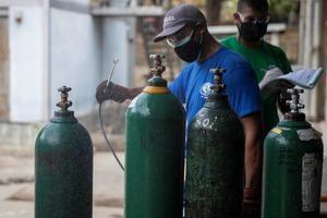 Un hombre desinfecta hoy cilindros oxígeno en el Hospital José Gregorio Hernández, en Caracas, Venezuela.
