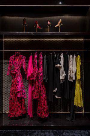 Una colección que cubre toda la gama de posibilidades, desde el sportwear más informal a trajes impecables y vestidos de noche.