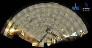 Una foto distribuida por la Administración Espacial Nacional de China (CNSA) muestra una imagen tomada por la cámara panorámica a bordo de la combinación de módulo de aterrizaje y ascenso de la nave espacial Chang'e-5 después de aterrizar en la luna el 02 de diciembre de 2020.