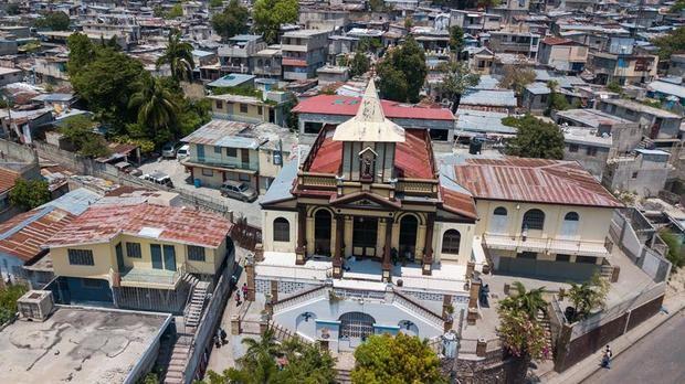 Vista exterior hoy de la iglesia Saint Antoine, donde trabajó durante décadas el padre Michel Briand, uno de los franceses secuestrados, en Puerto Príncipe, Haití.