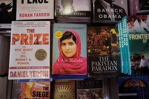 Un ejemplar del libro de Malala Yousafzai en una librería de Islamabad.