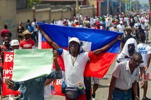 Personal médico y habitantes participan en una protesta el domingo en Puerto Príncipe.