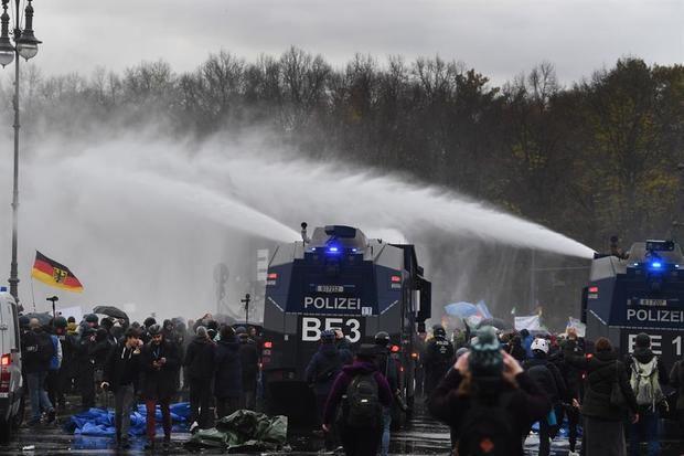 La policía alemana carga contra una protesta violenta por las restricciones