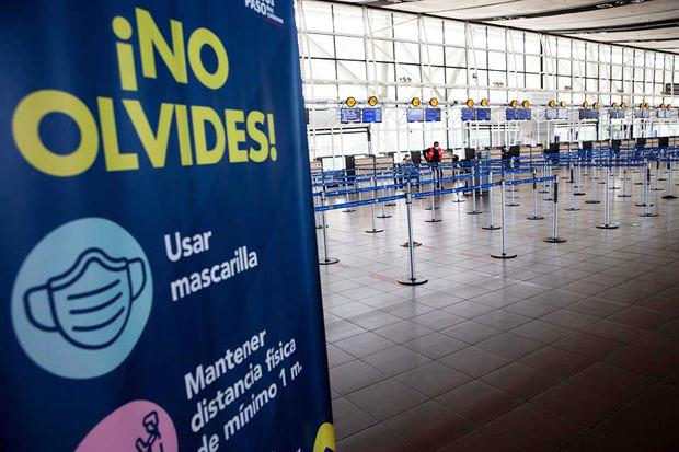 Vista hoy de una zona casi vacía en el Aeropuerto Internacional Arturo Merino Benítez, después de que el Gobierno chileno decretara el cierre de fronteras durante al menos 30 días, ante el avance de la pandemia covid-19, en Santiago, Chile.