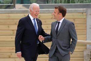 Joe Biden junto a Enmanuel Macron.