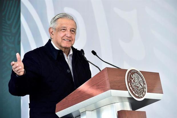 Fotografía cedida hoy, por la presidencia de México, del presidente mexicano, Andrés Manuel López Obrador, mientras participa en un acto protocolario, en el municipio de Soledad de Graciano Sánchez, en San Luis Potosí, México.