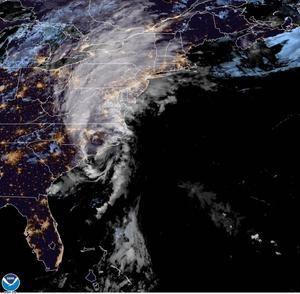 Fotografía cedida por la Administración Nacional Oceánica y Atmosférica (NOAA) de Estados Unidos por vía del Centro Nacional de Huracanes (NHC) donde se muestra la localización del huracán Isaías sobre Carolina del Norte este lunes a la 1:56 hora local (5:56 GMT).