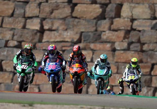 Varios pilotos de Moto 3 durante los entrenamientos celebrados este viernes en el circuito turolense de Motorland Alcañiz.