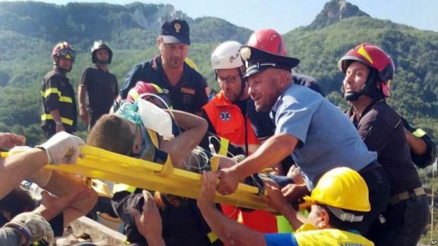 Un muerto y decenas de atrapados tras terremoto en Italia