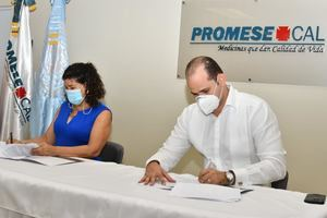 Firma del convenio, Adolfo Pérez, director de PROMESE/CAL y Sonia Vásquez, representante Nacional de UNFPA.
