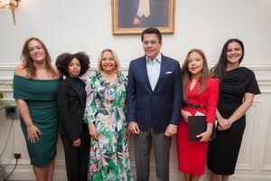 Rosa Hernández de Grullón y David Collado, junto al equipo de la Embajada dominicana en Francia.
